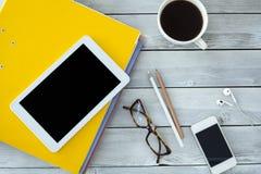 Ordner und digitale Tablette auf Tabelle Stockbilder