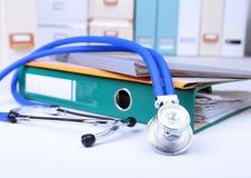 Ordnerdatei, Stethoskop und RX-Verordnung auf dem Schreibtisch Unscharfer Hintergrund Stockfotografie