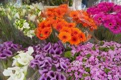 Ordning av blommor i ett stånd Arkivbild