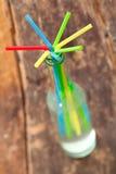 Ordning av färgglada dricka sugrör Royaltyfria Bilder