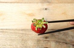 Ordning av jordgubbar på den vita maträtten royaltyfri bild