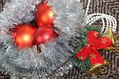 Ordning av julleksaker och glitter Arkivbilder