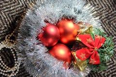 Ordning av julleksaker och glitter Arkivfoton