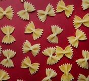 Ordning av pasta i form av en pilbåge royaltyfri foto