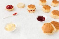 Ordning av sconeser, slags tjock grädde och driftstopp Royaltyfria Bilder