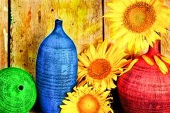 Ordning av solrosor och keramiska vases royaltyfri foto