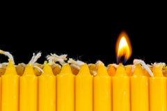 Ordning av stearinljus och stearinljusljus Arkivfoton