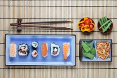 Ordning av sushi med pinnar Royaltyfri Bild
