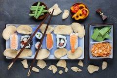 Ordning av sushi med pinnar Arkivbilder