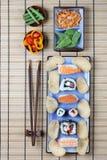Ordning av sushi med pinnar - stående funktionsläge Fotografering för Bildbyråer
