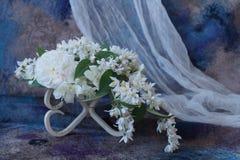 Ordning av vita blommor Arkivbilder