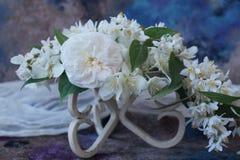 Ordning av vita blommor Arkivfoto