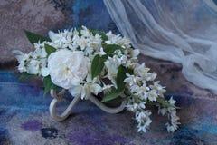 Ordning av vita blommor Royaltyfria Bilder