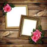 Ordning för rosa färgrosblommor på ramar på trä Royaltyfria Bilder