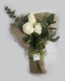 Ordning för vita rosor för valentin arkivfoton