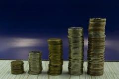 Ordningen av mynt som en isolerad stege arkivfoto