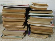 Ordningen av två rader av gamla bruna böcker royaltyfria foton