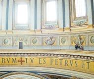 Ordningsvakt i helgonet Peters Basilica royaltyfria foton