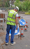 Ordningsvakt nära vägarbeten Fotografering för Bildbyråer