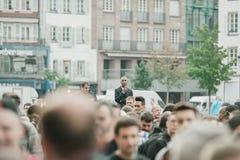Ordningsvakt som ser över folkmassan på Apple Store Arkivbild