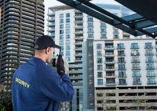 ordningsvakt som talar med walkie-talkie Stad arkivfoto