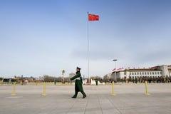 Ordningsvakter patrullerar på den Tiananmen fyrkanten royaltyfria bilder