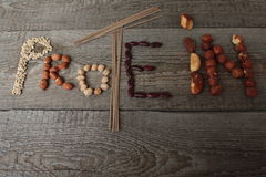 Ordproteinet komponeras av mat: sobanudlar, jordnötter, kikärtar, bönor, hasselnötter, Brasilien muttrar protein för strikt veget Royaltyfri Fotografi