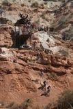 Ordre de baisse de falaise de cycliste de montagne Photo stock