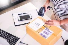 Ordre de contrôle de propriétaire de Shop d'homme d'affaires ou inventaire de liste en stock qui va être salle d'accouchement aff photographie stock