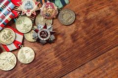 Ordre de la guerre patriotique en St et médailles pour la victoire sur l'Allemagne sur un en bois Fin vers le haut Photographie stock