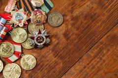 Ordre de la guerre patriotique en St et médailles pour la victoire sur l'Allemagne sur une table Fin vers le haut Photos stock