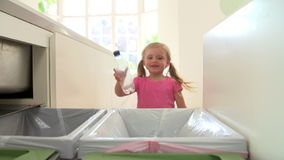 Ordre de mouvement lent de fille réutilisant des déchets de cuisine dans la poubelle banque de vidéos