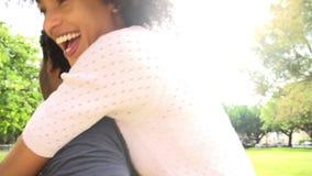 Ordre de mouvement lent de l'homme donnant le tour de ferroutage de femme banque de vidéos