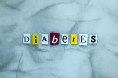 Ordsockersjuka av klippta bokstäver på grå bakgrund för banerdesign Diagnostiskt begrepp Rubrik - sockersjuka Ett ord som skriver royaltyfria foton