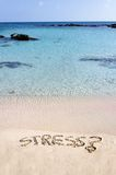 Ordspänningen som är skriftlig på sand som bort tvättas av vågor, kopplar av begrepp Arkivfoto