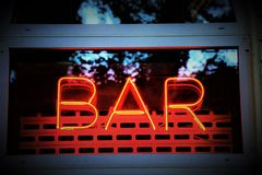 Ordstången som är skriftlig i fluorescerande neon, på ingången till en klubba arkivfoto