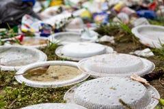 Ordures aveugles de non-biodégradable en plastique à la décharge de déchets photo stock
