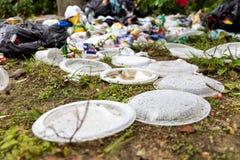 Ordures aveugles de non-biodégradable en plastique à la décharge de déchets photo libre de droits
