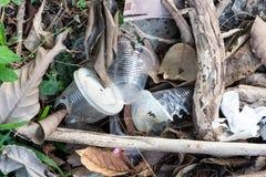 Ordures aveugles de non-biodégradable en plastique à la décharge de déchets photos stock