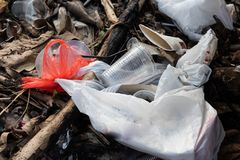 Ordures aveugles de non-biodégradable en plastique à la décharge de déchets images libres de droits