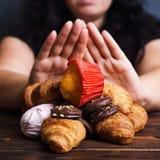 Ordures de jeune femme mangeant de la nourriture industrielle photos libres de droits