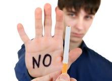 Ordures de jeune homme une cigarette photographie stock libre de droits