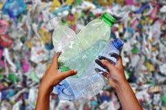 Ordures en plastique de destruction d'environnement image stock