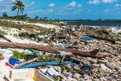Ordures en plastique de problème de pollution d'océan du Mexique photographie stock