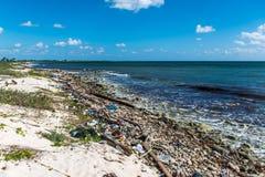 Ordures en plastique de problème de pollution d'océan du Mexique photo stock