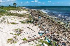 Ordures en plastique de problème de pollution d'océan du Mexique image stock