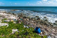 Ordures en plastique de problème de pollution d'océan du Mexique photo libre de droits