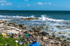 Ordures en plastique de problème de pollution d'océan du Mexique images libres de droits