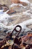 Ordures et débris sur la plage photos stock