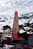 Ordures et débris sur la plage photo stock